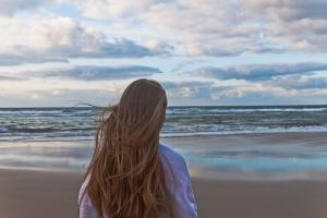 Dora mira al mar