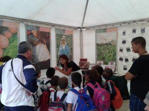 Cristina Marsoc impartiendo un taller de la cochinilla en el arte