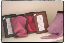 Pañuelos de seda teñidos con cochinilla. Asociación Milana. Lanzarote
